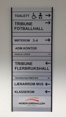 Skiltsystem med folie i Nordfjordhallen