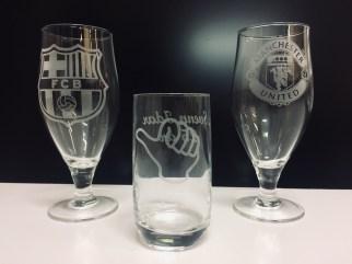 Graverte ølglas og longdrinkglas (i midten). Pris 149,- inkl. logo og tekst.