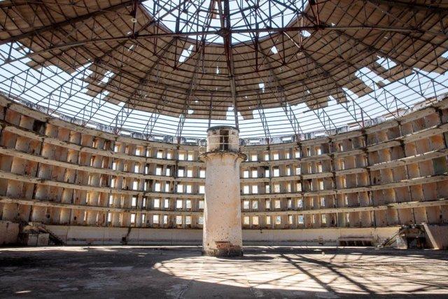 سجن البانوبتيكون الذي أتخذه فوكو كنموذج لفكرته عن المراقبة