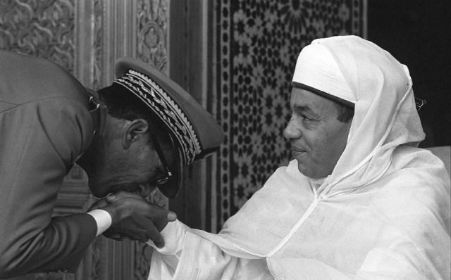 محمد أوفقير يقبل يد الملك الحسن الثاني
