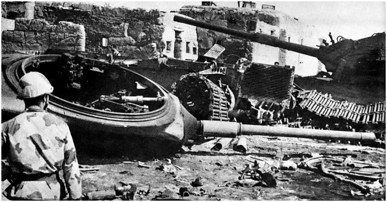جندي مصري ينظر لحطام الدبابات الإسرائيلية بعد معركة الإسماعيلية