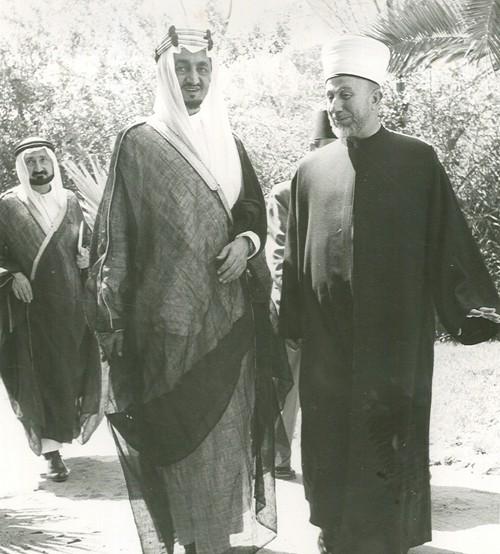 أمين الحسيني مع الملك فيصل بن عبد العزيز آل سعود.