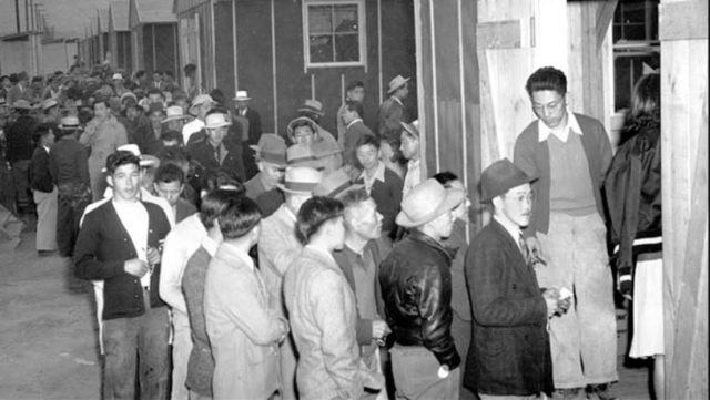 اليابانيين إثناء إيداعهم في معسكرات العزل