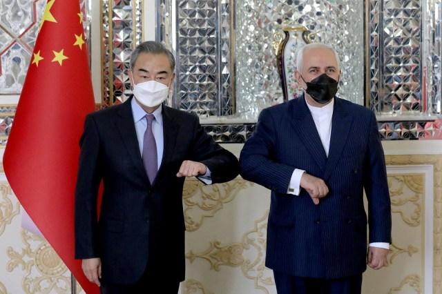 وزير الخارجية الإيراني محمد جواد ظريف ونظيره الصيني وانغ يي