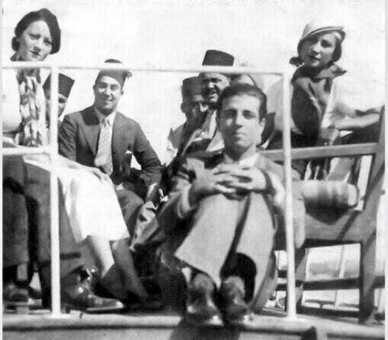 أنور وجدي خلال رحلة نهرية مع بعض أعضاء فرقة رمسيس يوسف وهبي وروحية خالد