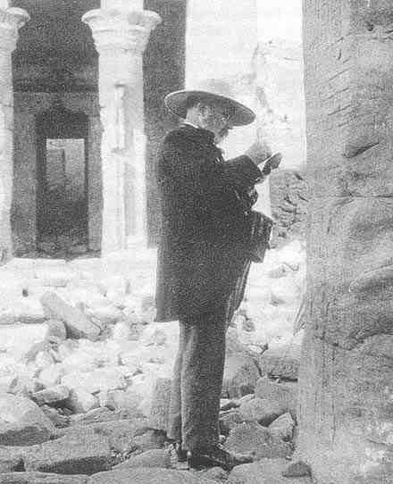 جاستون ماسبيرو أمام احد المعابد المصرية
