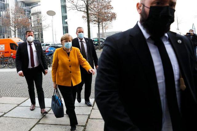ميركل في طريقها إلى البرلمان