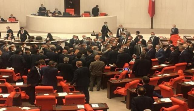 اشتباكات بين الحزب الحاكم والحزب المعارض في تركيا