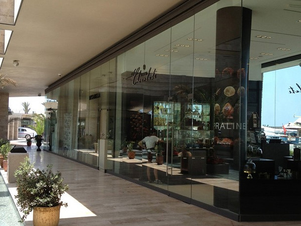 Satisfy your shopping desires with designer shops, cafes and more at the Palmarina