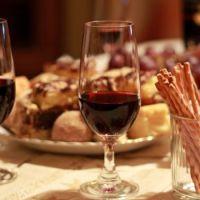 Uwaga na oszustów! Zapraszają na degustacje wina, na których nie można się porządnie napić