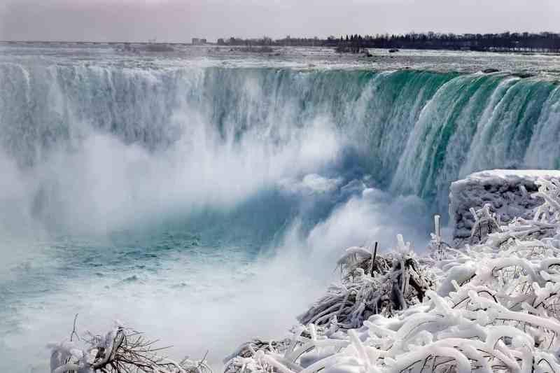wide shot of Niagara Falls in the winter