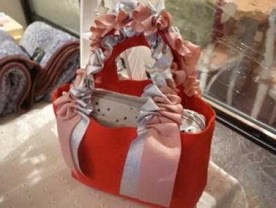 クリスマスカラーのラッフルハンドルバッグ