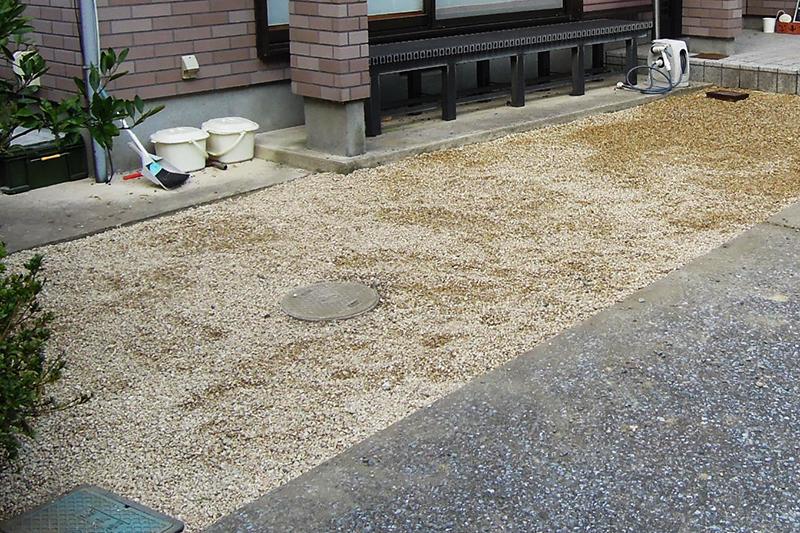 防草シートと化粧砂利の施工