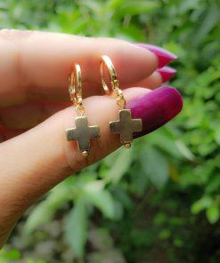 Argola com cruz de hematita dourada em banho de ouro 18k