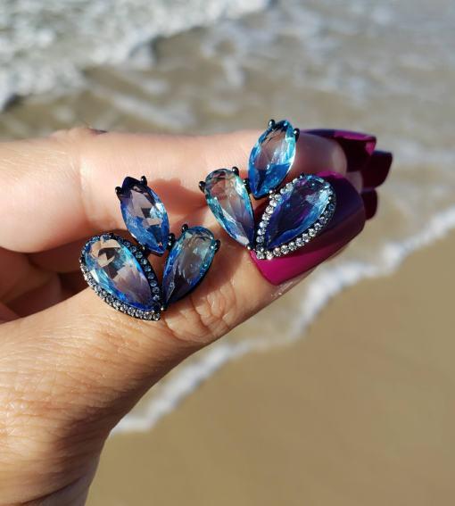 Brinco 3 gotas com micro zircônia branca e azul claro em banho de ródio negro