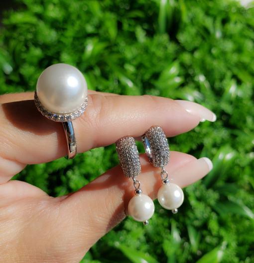 Argola luxo com micro zircônia branca e pérola de vidro em banho de ródio branco