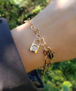 Pulseira Corações com Cadeado de micro zircônia branca em banho de ouro 18k