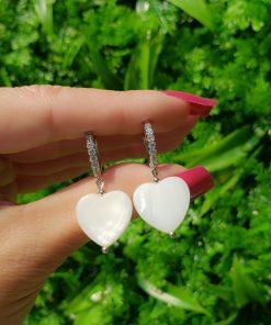 Argola de micro zircônia branca com coração de madrepérola em banho de ródio branco