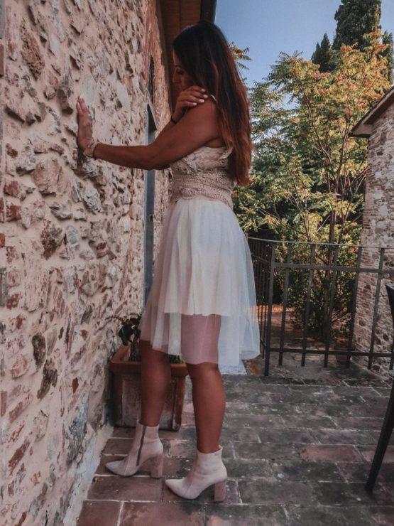 Elegancka sukienka z dodatkiem tiulu biala Atalantastyle 2