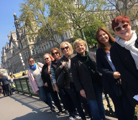 group in front of hotel de ville Paris