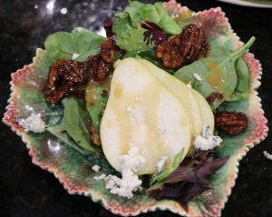 Salad with pears, blue cheese and pecans.