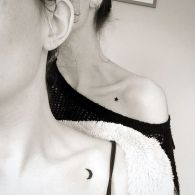 Cute matching sister tattoos: moon and star under the collarbone https://pl.pinterest.com/pin/95208979602070758/