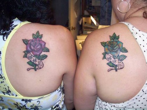 """A pink rose and a blue rose with the words """"sister flowers"""" written in Chinese http://www.piercingmodels.com/sister-tattoos-ideas-pictures/"""