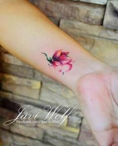 Quite faddish flower wrist tattoo. Instagram / javiwolfink. http://stylesweekly.com/tattoo/