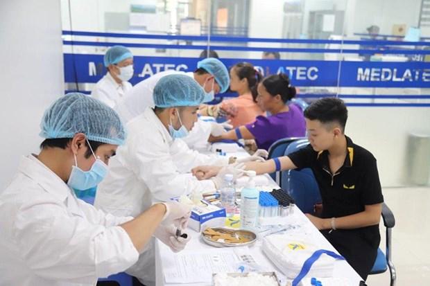 Các bác sỹ lấy máu xét nghiệm bệnh cho người dân. (Ảnh: PV/Vietnam+)