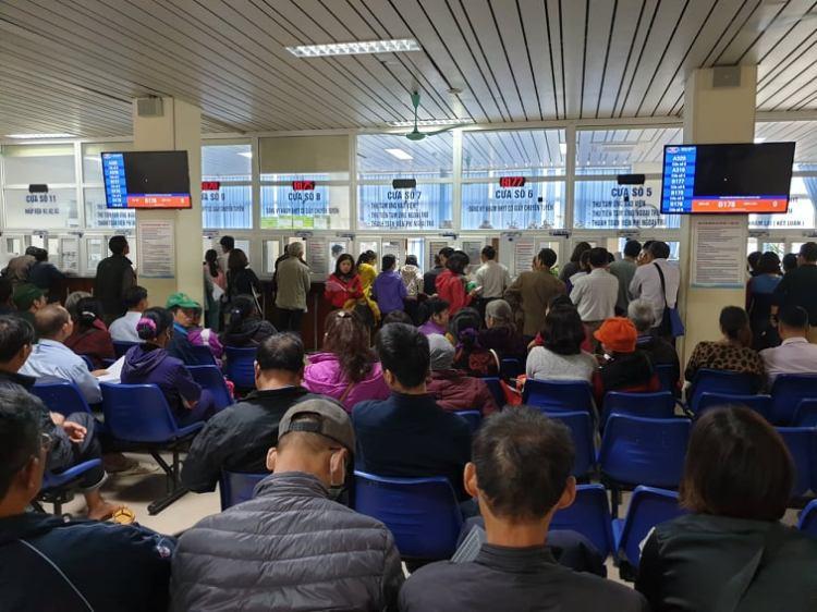Người dân chờ làm thủ tục khám chữa bệnh tại Bệnh viện K. (Ảnh: PV/Vietnam+)