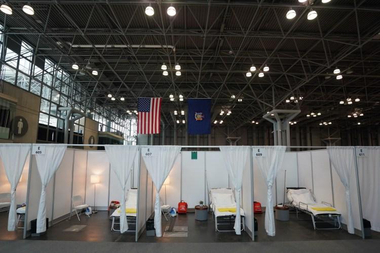 Bệnh viện dã chiến điều trị cho bệnh nhân nhiễm COVID-19 được thiết lập tại trung tâm Jacob K. Javits ở New York, Mỹ. (Ảnh: AFP/TTXVN)