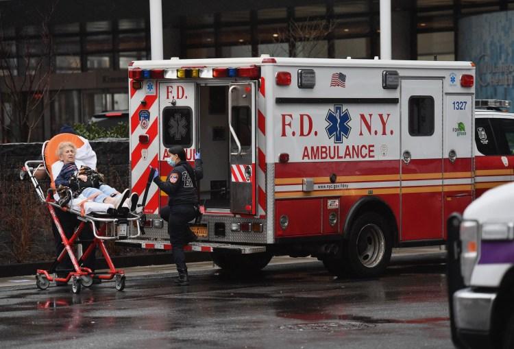 Nhân viên y tế chuyển một bệnh nhân có dấu hiệu sốt tới bệnh viện ở thành phố New York, Mỹ. (Ảnh: AFP/TTXVN)