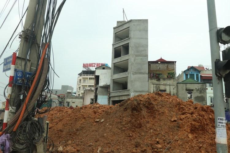 Tình trạng xây dựng nhà siêu mỏng, siêu méo vẫn diễn ra phổ biến. (Nguồn ảnh: TTXVN)