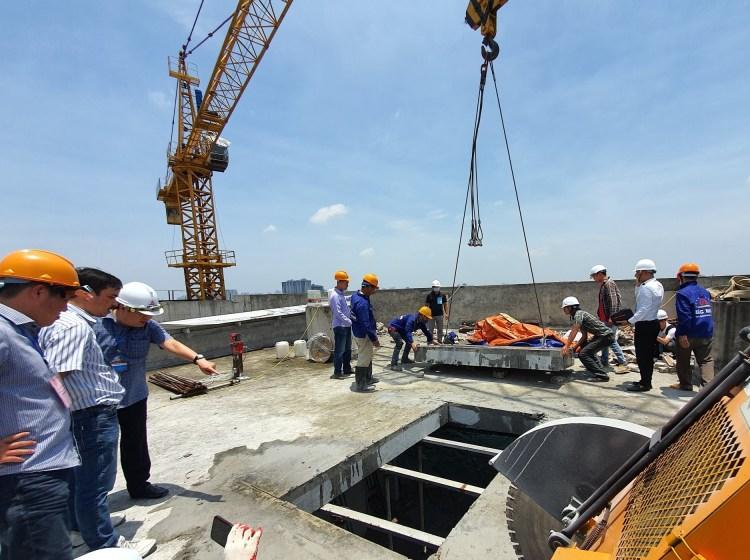 Công tác phá dỡ tầng 18 công trình sai phạm tại số 8B Lê Trực. (Nguồn ảnh: TTXVN)