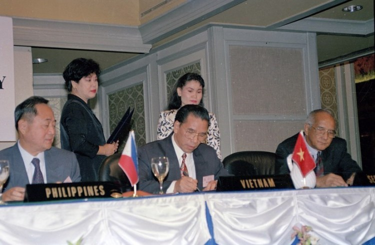 Together with parliamentary leaders of five AIPO members, NA Chairman Nong Duc Manh (front, centre) signs a document recognising the Vietnamese NA as an AIPO member in Singapore in September 1995 (Photo: VNA)