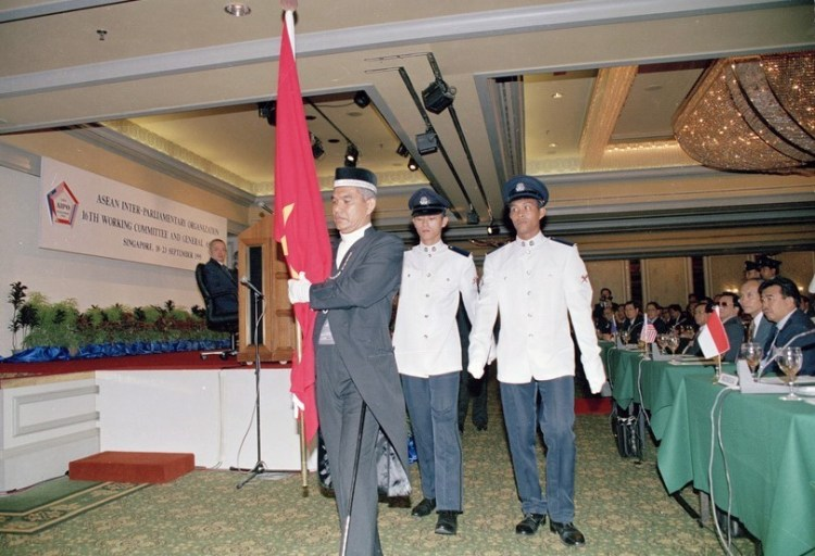 The national flag of Vietnam is moved from the position of observer countries to the place of official members of AIPO at the admission ceremony (Photo: VNA)