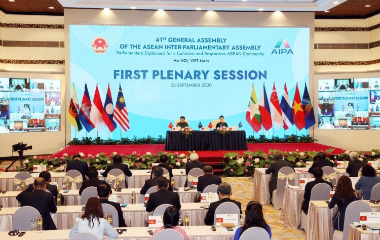 NA Chairwoman and Chair of the AIPA 41 Nguyen Thi Kim Ngan and NA Standing Vice Chairwoman Tong Thi Phong, head of the Vietnamese NA delegation at the event, presided over the first plenary session of the AIPA 41 (Photo: VNA)