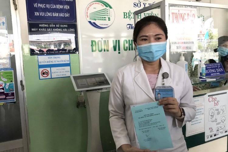 Доктор Зы Ле Тхань Суан первой получила вакцины на Юге. (Фото:https://hanoimoi.com.vn)