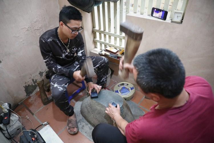 Công đoạn đập quỳ vàng tại gia đình ông Nguyễn Văn Hiệp. (Ảnh: Danh Lam/TTXVN)