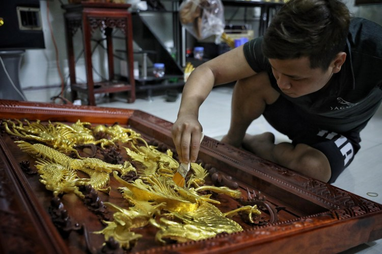 Một số sản phẩm đã được thếp vàng của gia đình Nguyễn Văn Hiệp tại làng nghề vàng, bạc Kiêu Kỵ, huyện Gia Lâm (Hà Nội). (Ảnh: Danh Lam/TTXVN)