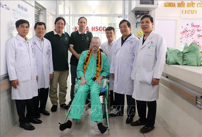 El paciente número 91 al recibir elalta médica, en una foto con los médicos que lo curarony reprentantes del Consulado General de Reino Unido en Vietnam (Foto: VNA)