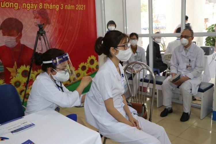 Vérification de l'état de santé des personnes à vacciner. Photo: VNA
