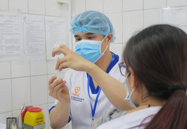 为医务人员进行新冠疫苗接种。图自越通社