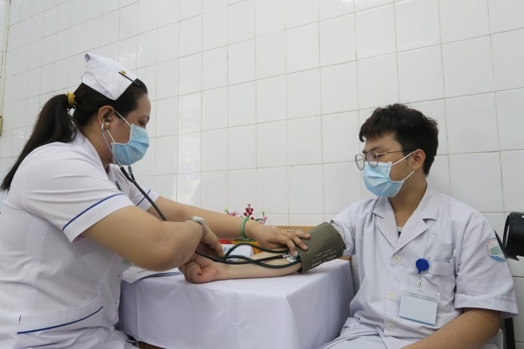 Медицинский остмотр медработников до вакцинации. (Фото: ВИА)