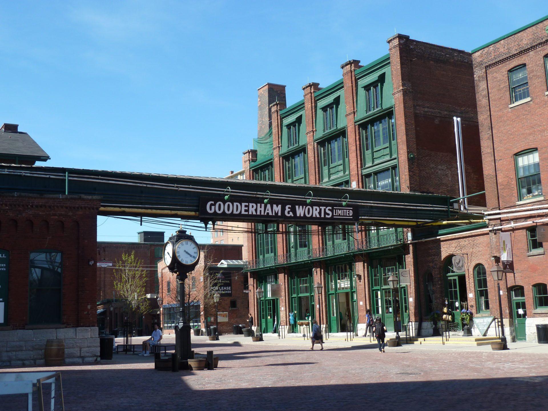 Zielone i ceglane budynki Distillery District w Toronto