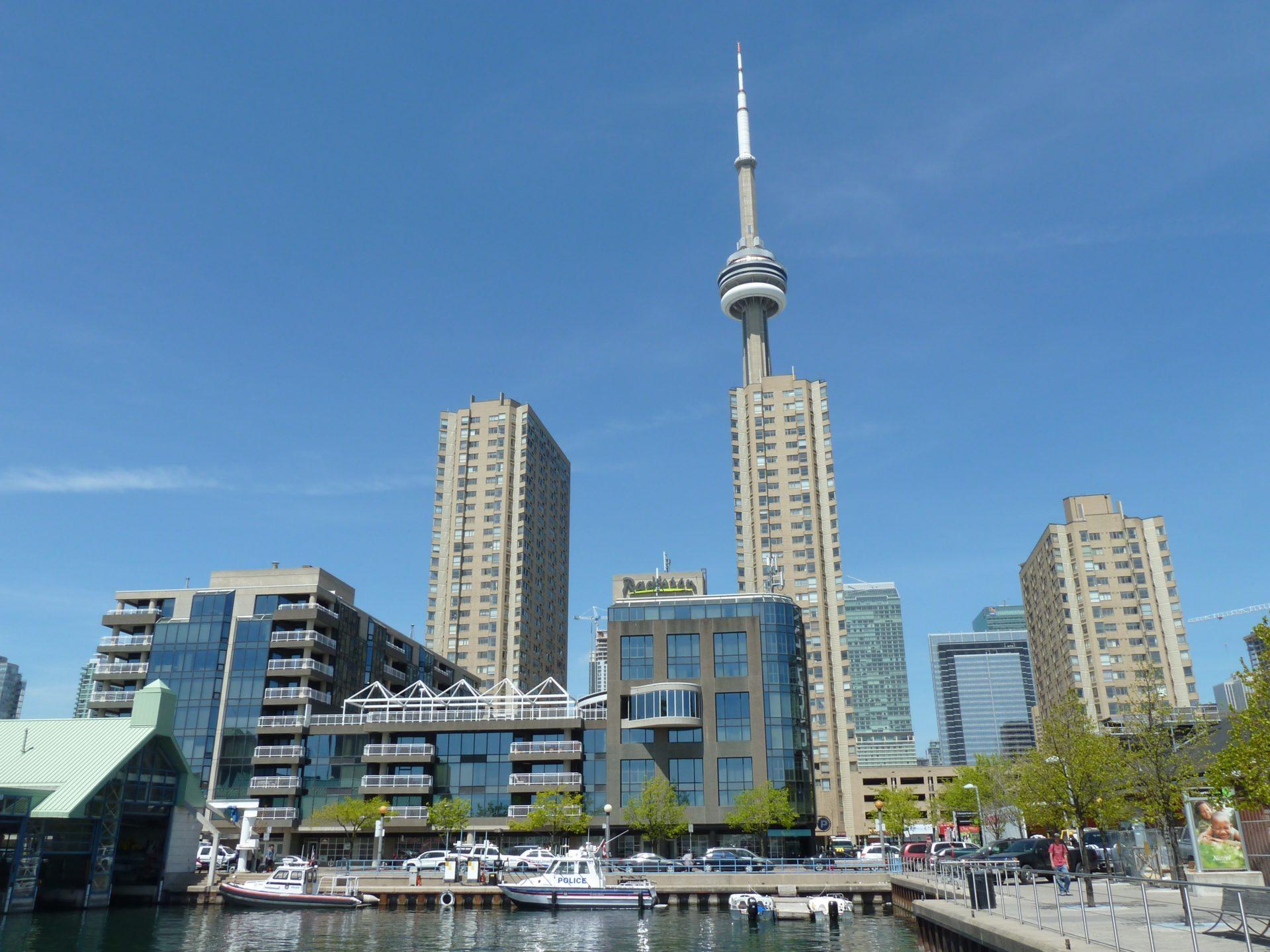 Apartamentowce Harbourfront Centre nad jeziorem Ontario w Toronto