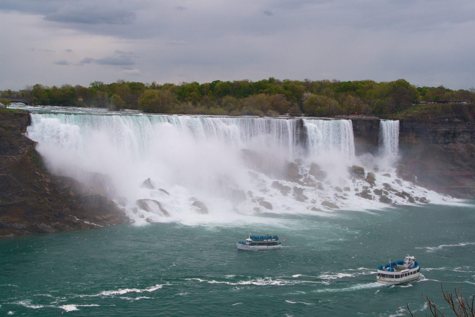 Statki przy wodospadzie Niagara