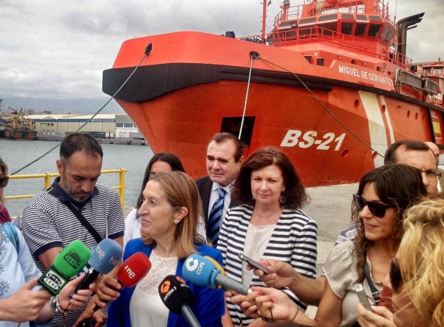 Ana Pastor hace declaraciones a los periodistas en Las Palmas de Gran Canaria.