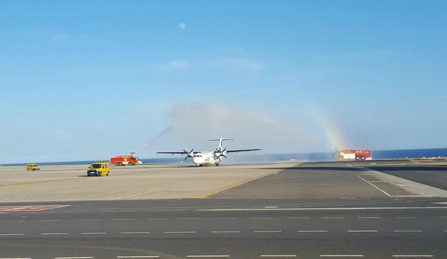 Arco de agua en el aeropuerto de Fuerteventura. Fotografía: CanaryFly