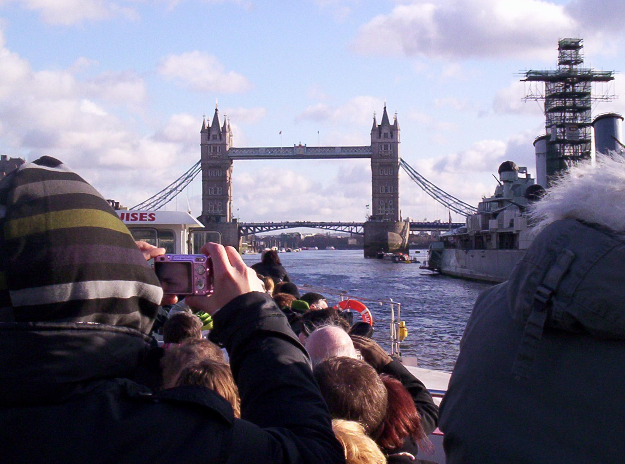 London Brigde do barco no Tâmisa